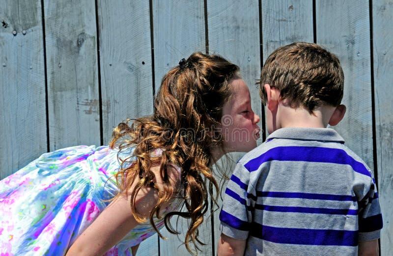 Hermana que besa al hermano fotos de archivo libres de regalías