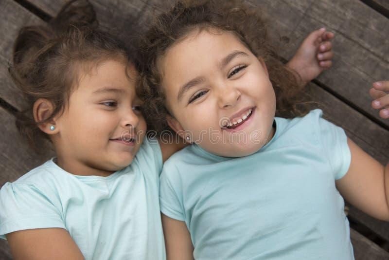 Hermana que juega y que sonríe imagenes de archivo