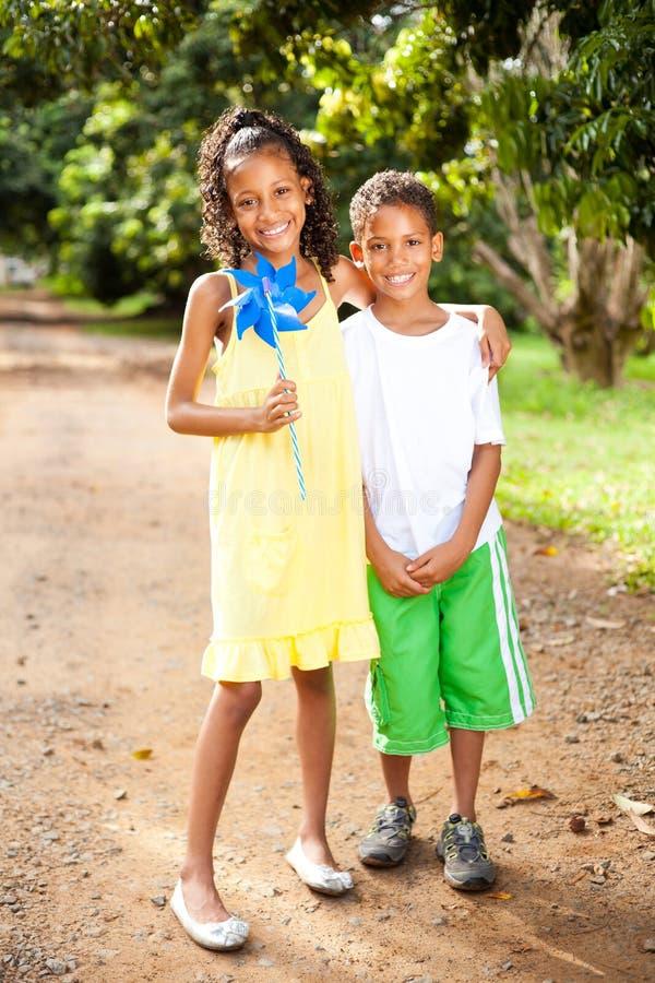 Hermana y hermano al aire libre fotos de archivo