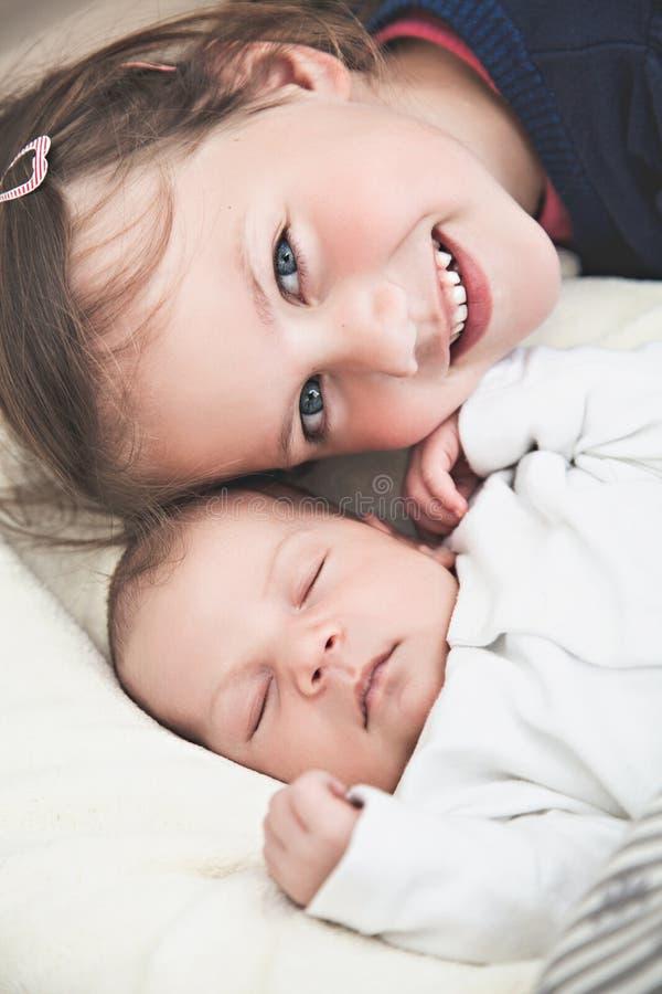 Hermana y su hermano recién nacido imagen de archivo