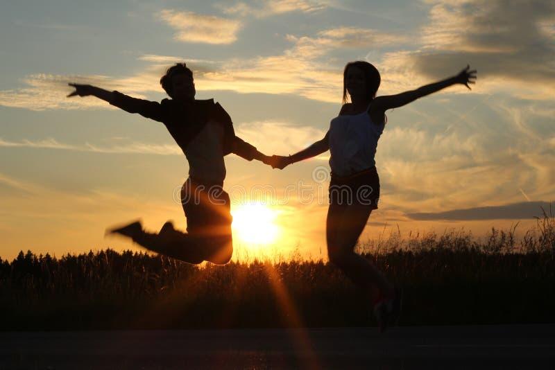 Hermanas adolescentes, haciendo ejercicios en la puesta del sol foto de archivo libre de regalías