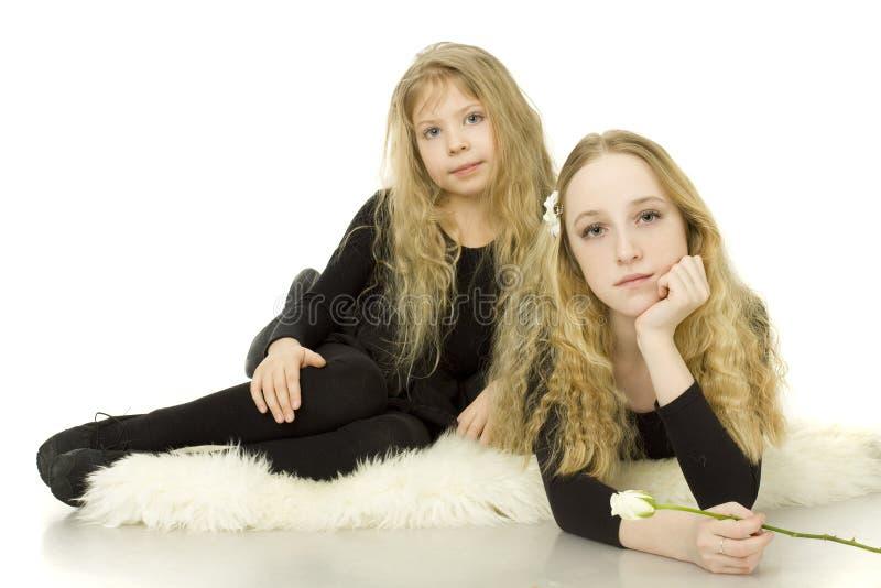 Hermanas - adolescentes y niño foto de archivo