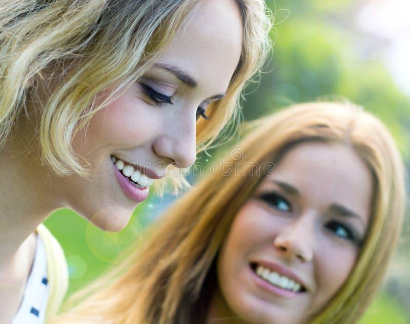 Hermanas adultas jovenes en el parque imagen de archivo