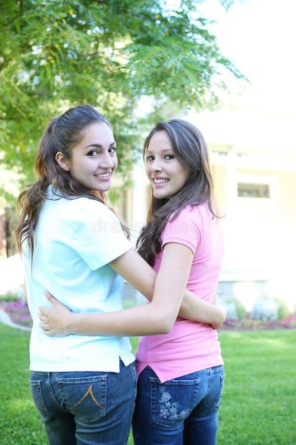 Hermanas atractivas que se divierten en el país foto de archivo libre de regalías