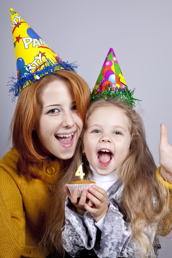 Hermanas cuatro y dieciocho años en el cumpleaños. fotos de archivo