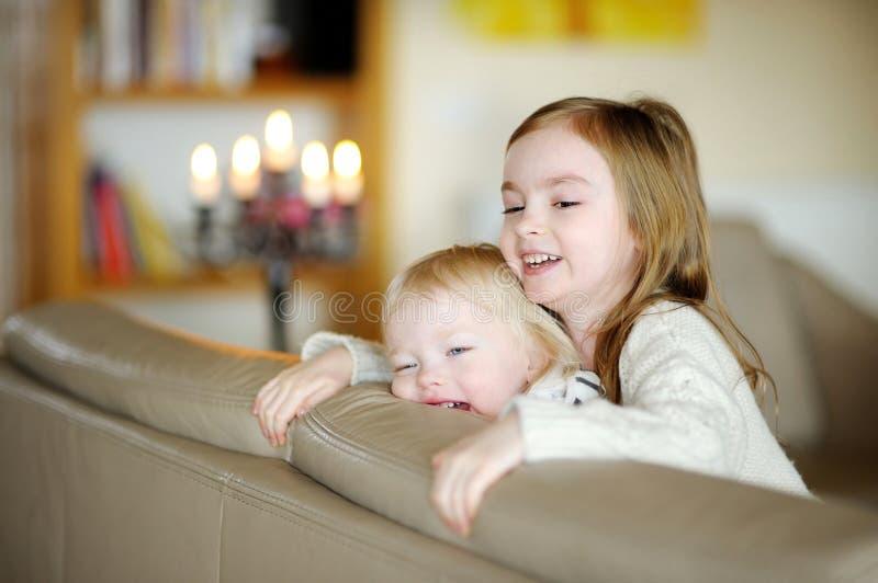 Hermanas del ¾ de TwÐ que se divierten en casa imagenes de archivo