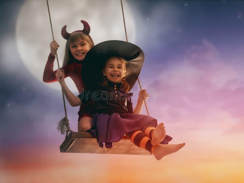 Hermanas en Halloween imagen de archivo libre de regalías
