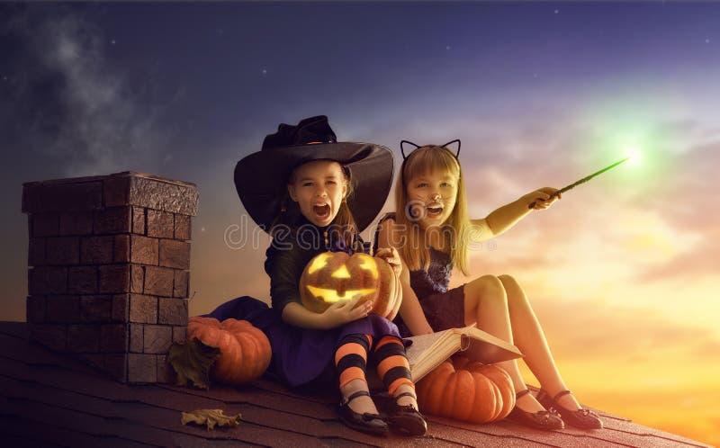 Hermanas en Halloween foto de archivo