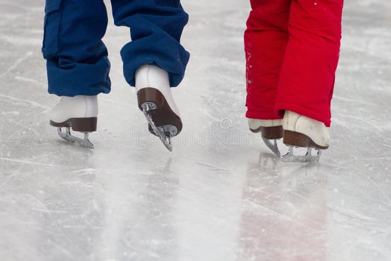 Hermanas en patines foto de archivo libre de regalías