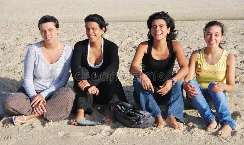 Hermanas felices en la playa imágenes de archivo libres de regalías