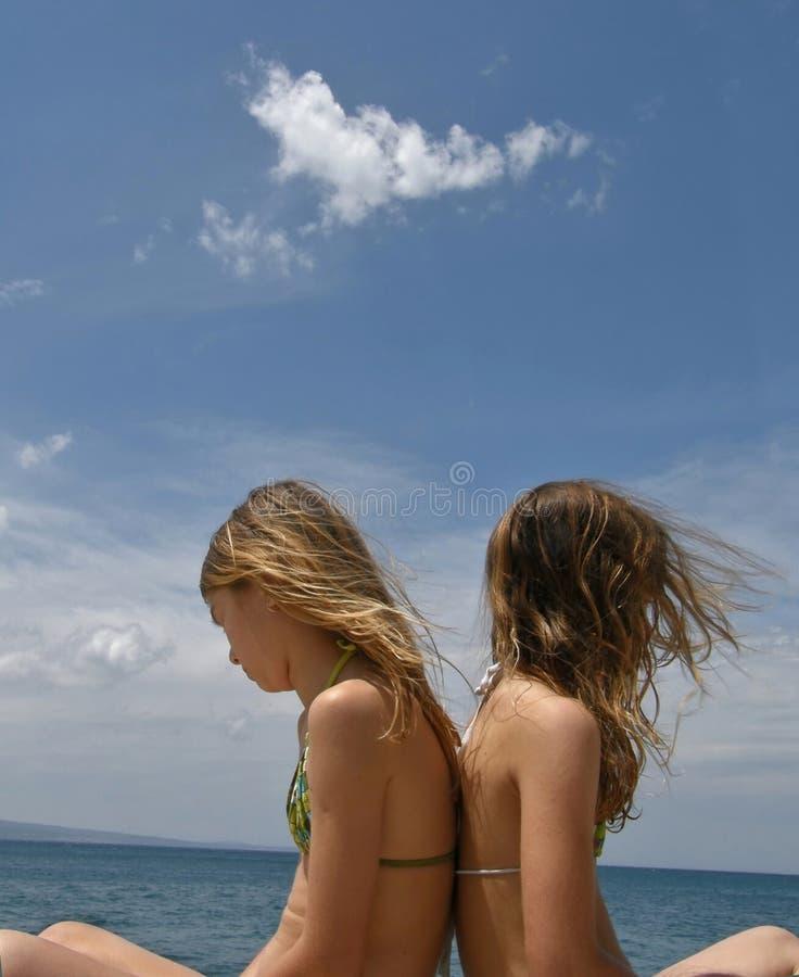 Hermanas - gemelos en puerto marítimo fotografía de archivo libre de regalías