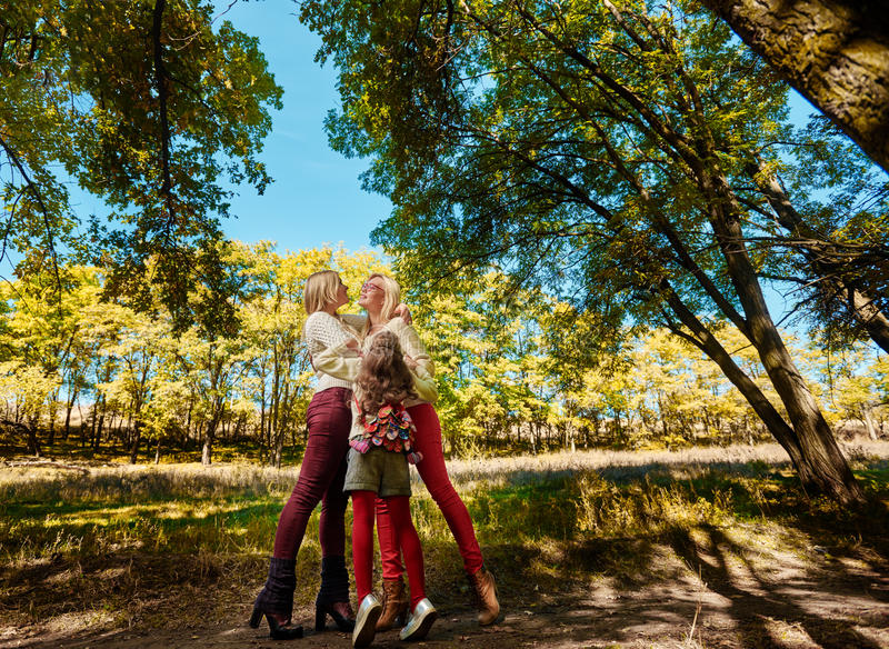 Hermanas que abrazan en parque fotos de archivo libres de regalías