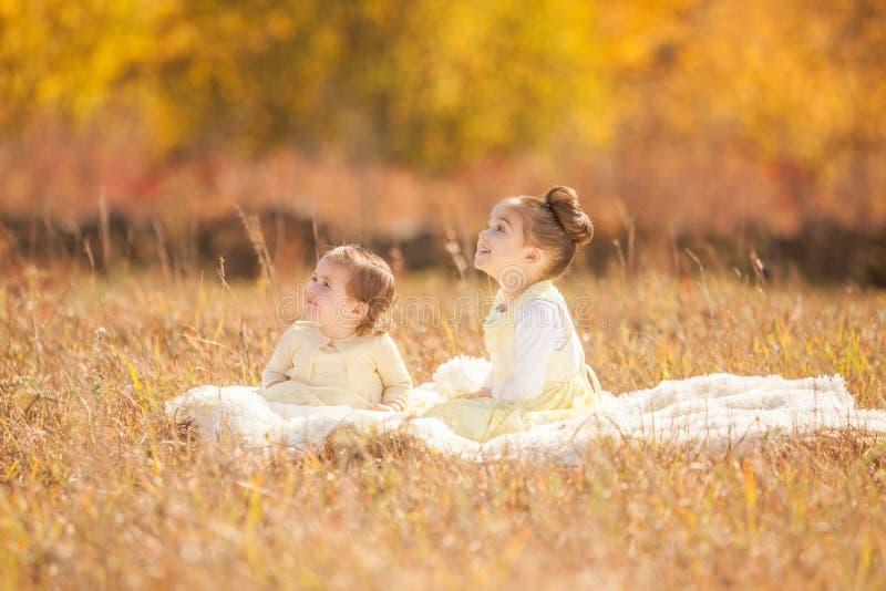 Hermanas que miran para arriba imagenes de archivo