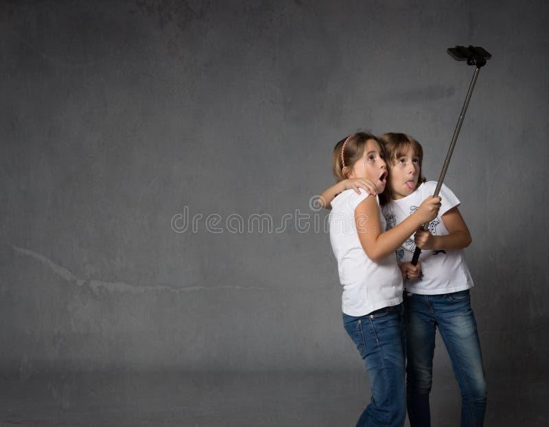 Hermanas que toman el selfie con la cámara imagen de archivo