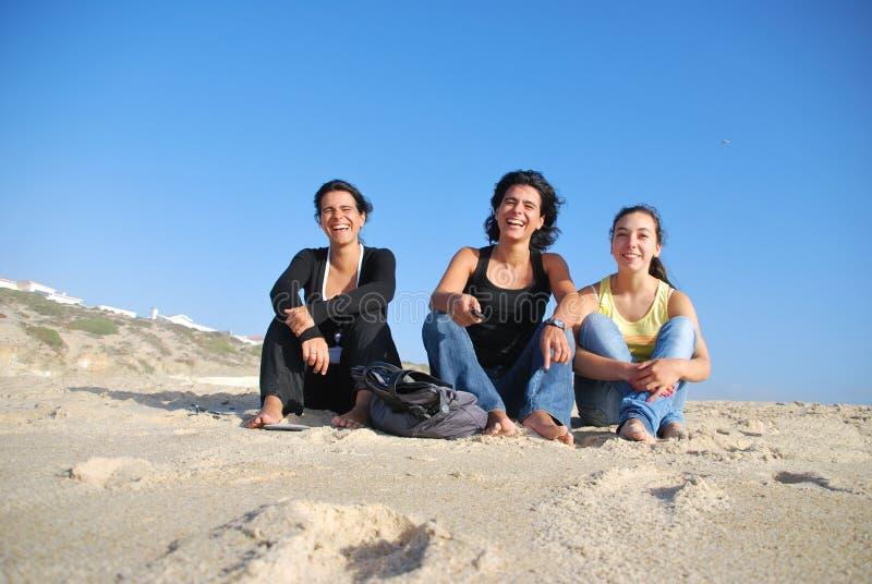 Hermanas sonrientes en la playa foto de archivo libre de regalías