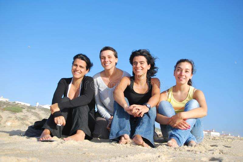 Hermanas sonrientes en la playa imágenes de archivo libres de regalías