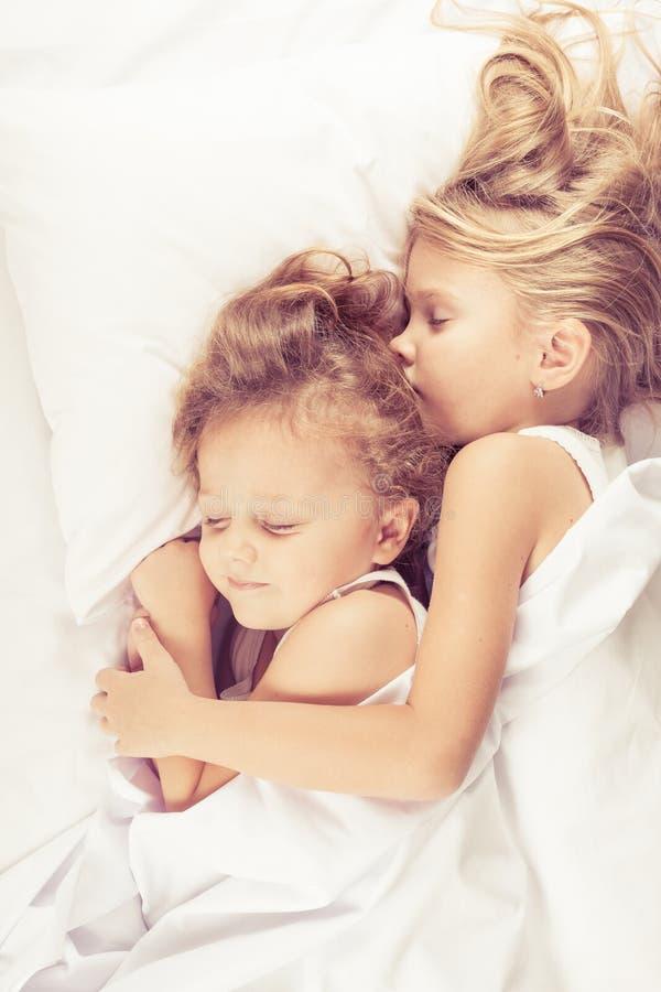 Hermano precioso y hermana que mienten en cama en casa fotografía de archivo libre de regalías