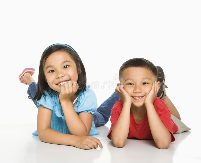 Hermano y hermana. imagen de archivo