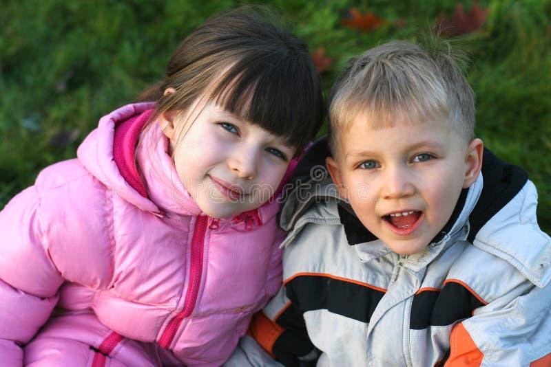 Hermano y hermana al aire libre foto de archivo
