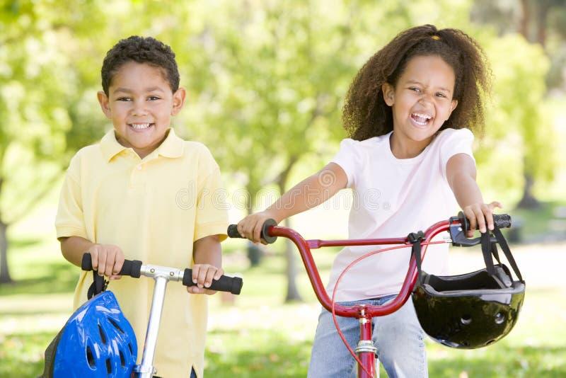 Hermano y hermana al aire libre fotografía de archivo libre de regalías