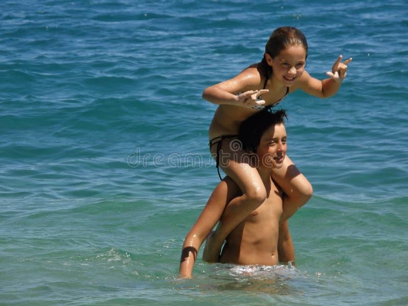 Hermano y hermana en el mar imagen de archivo libre de regalías