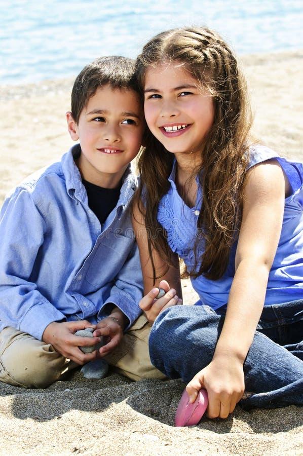 Hermano y hermana en la playa foto de archivo libre de regalías