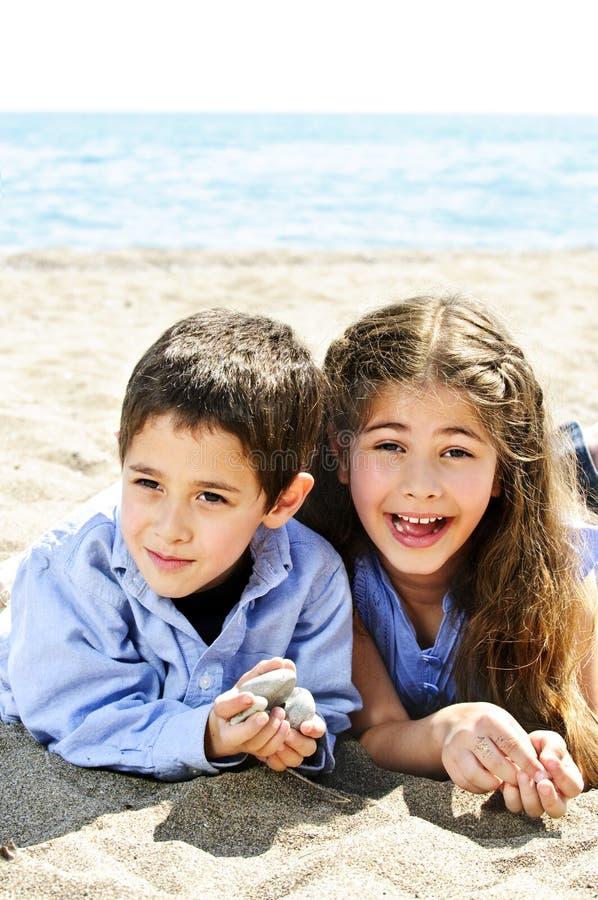 Hermano y hermana en la playa foto de archivo