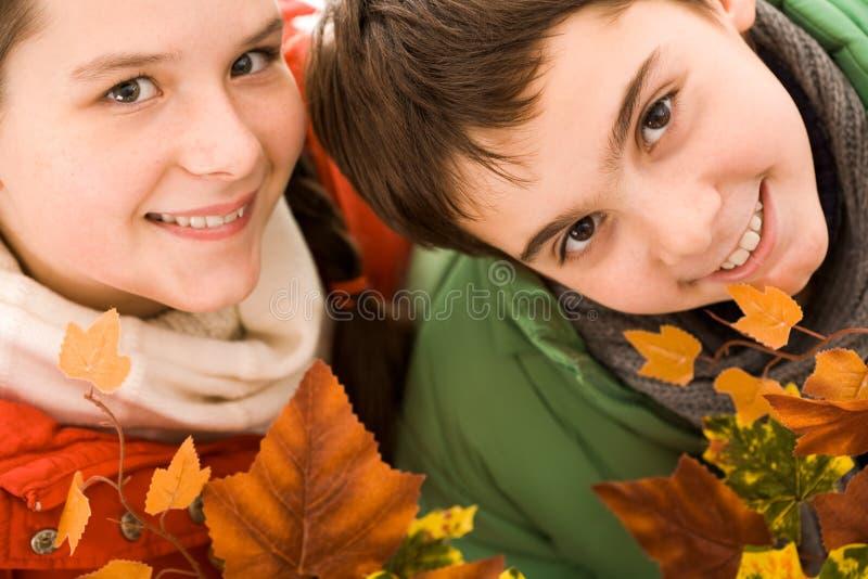 Hermano y hermana felices imagenes de archivo