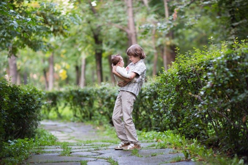 Hermano y hermana felices de risa en un parque foto de archivo libre de regalías