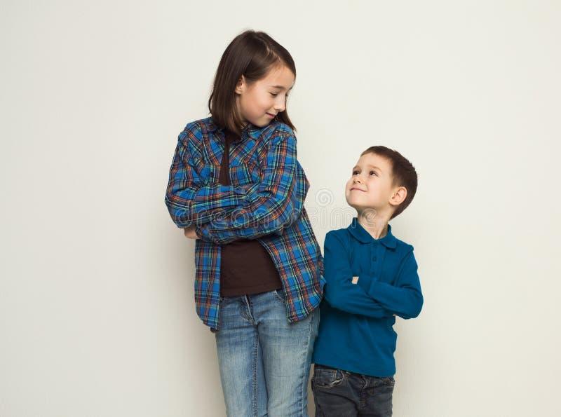 Hermano y hermana felices, fondo del estudio fotografía de archivo libre de regalías