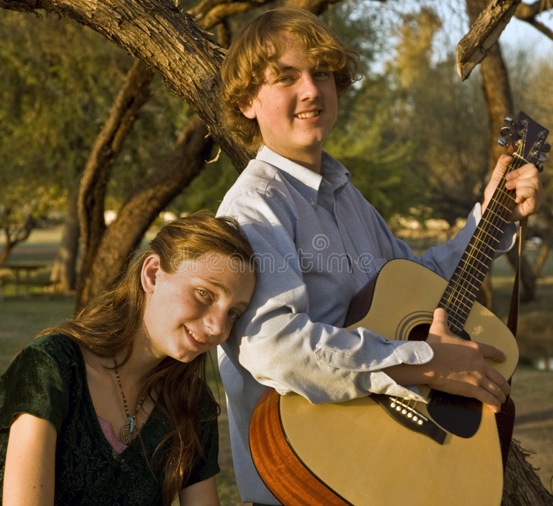 Hermano y hermana que juegan música foto de archivo libre de regalías