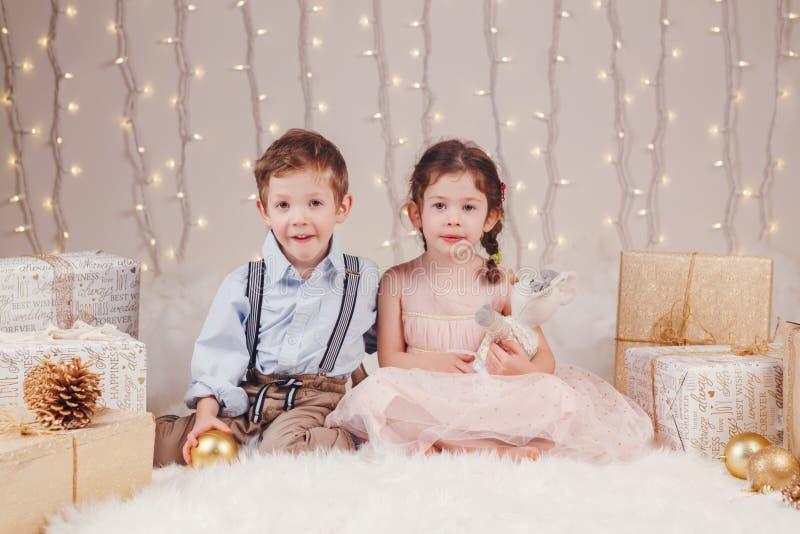 Hermanos caucásicos de los amigos de los niños que celebran la Navidad o el Año Nuevo fotos de archivo