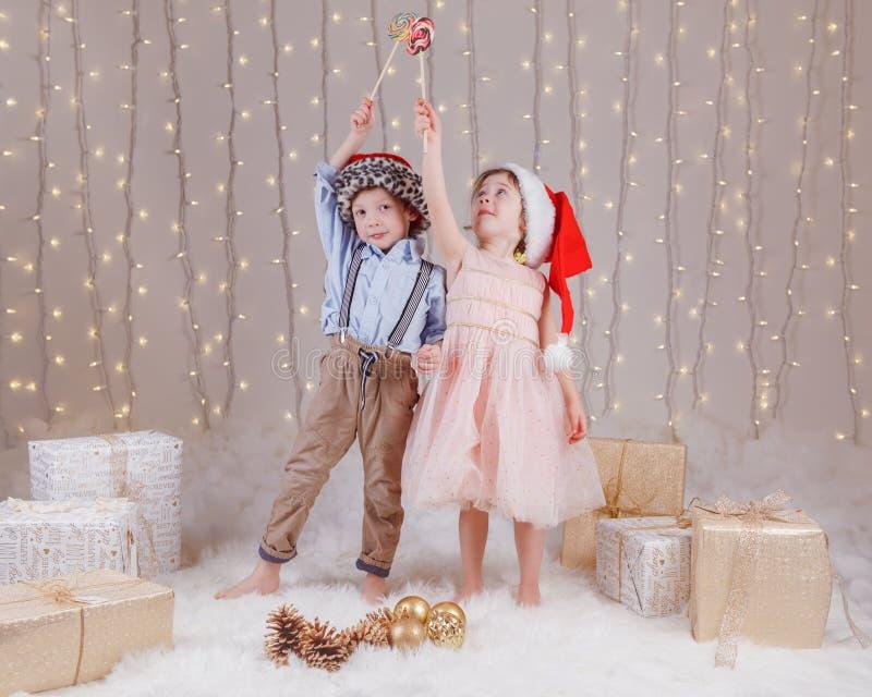 Hermanos caucásicos de los amigos de los niños que celebran la Navidad o el Año Nuevo imagen de archivo libre de regalías