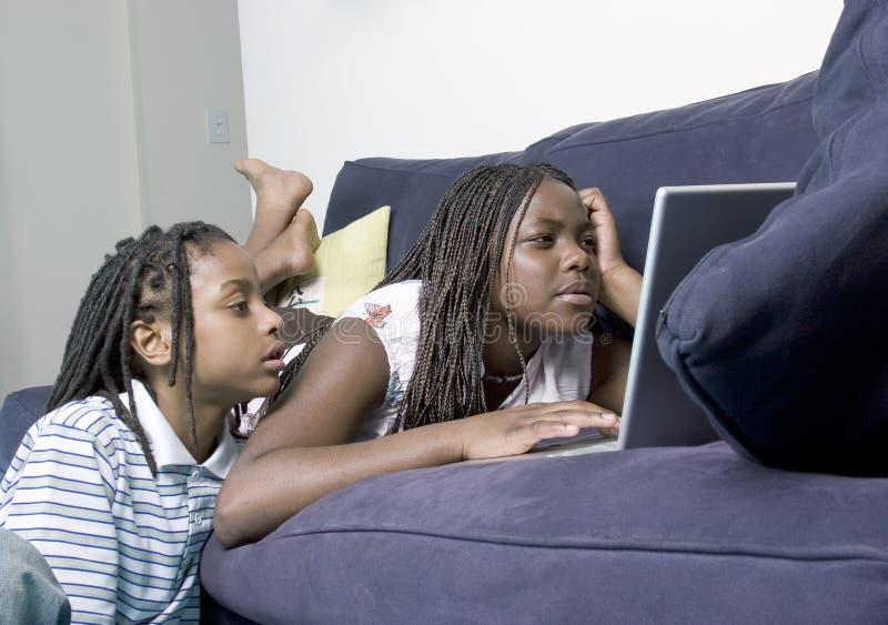 Hermanos en el ordenador imágenes de archivo libres de regalías