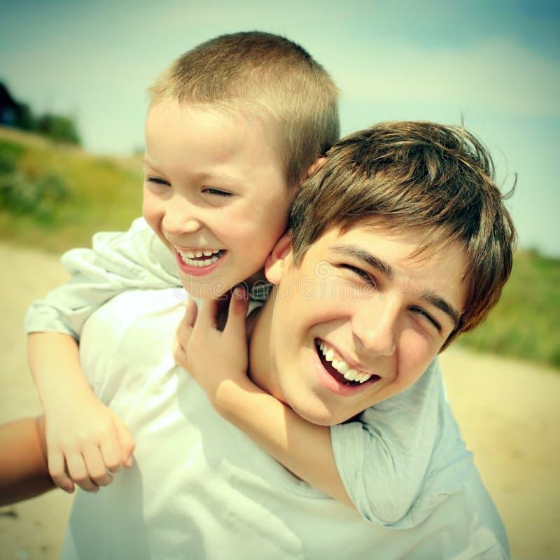Hermanos felices imágenes de archivo libres de regalías