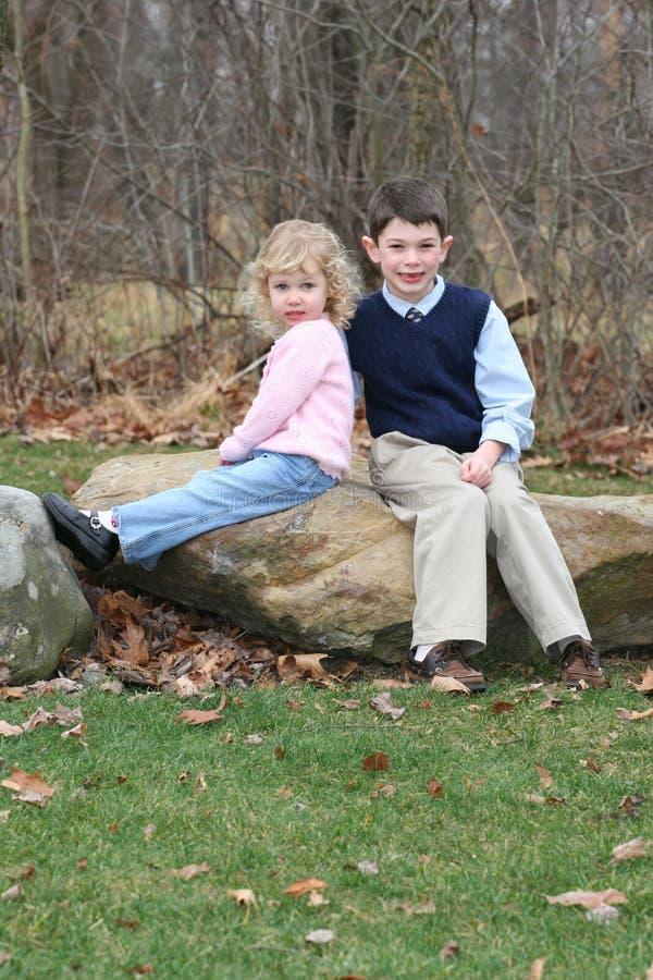 Hermanos felices de los niños jovenes (5) fotografía de archivo libre de regalías