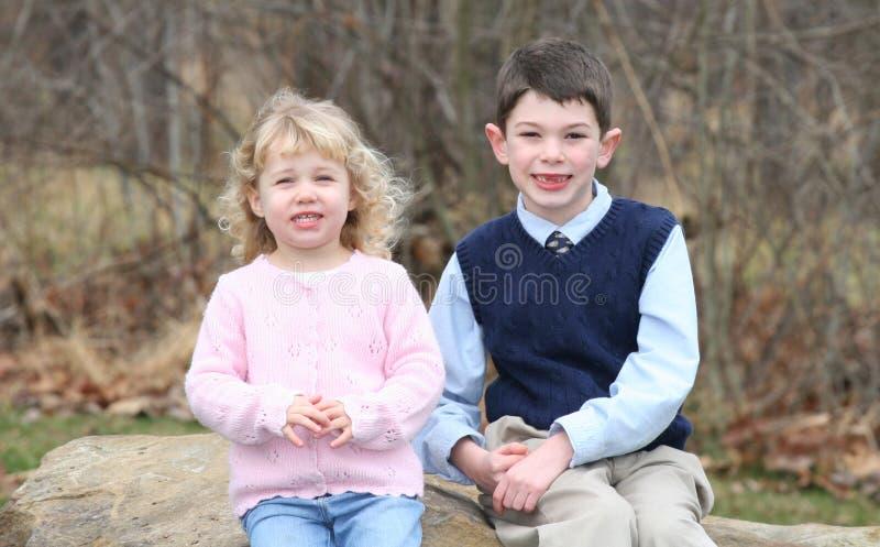 Hermanos felices de los niños jovenes (6) imágenes de archivo libres de regalías