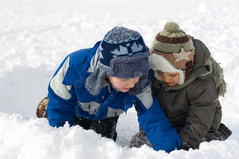 Hermanos jovenes en nieve fotografía de archivo