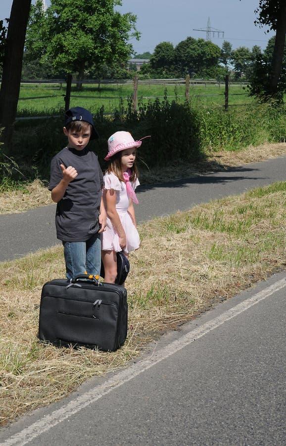 Hermanos que hacen autostop fotografía de archivo libre de regalías