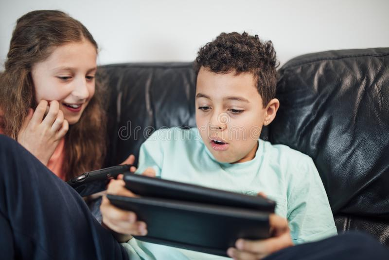 Hermanos que juegan con las videoconsolas foto de archivo libre de regalías