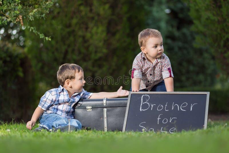Hermanos que juegan a juegos fotos de archivo libres de regalías