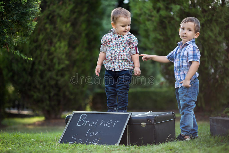 Hermanos que juegan a juegos divertidos en el parque imagenes de archivo