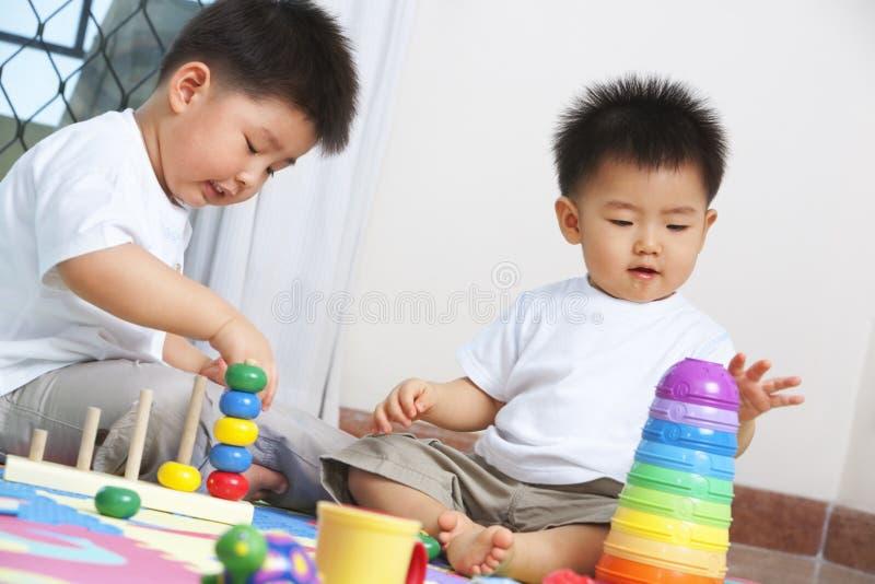 Hermanos que juegan junto foto de archivo libre de regalías