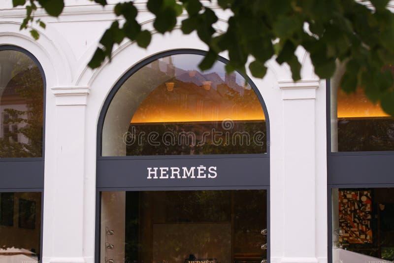 Hermes compra com logotype na parte dianteira da construção imagens de stock royalty free
