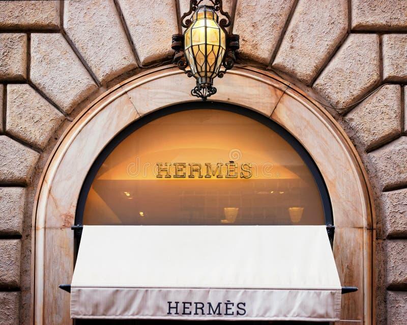 Hermes Sign na janela da loja da rua em Roma fotos de stock