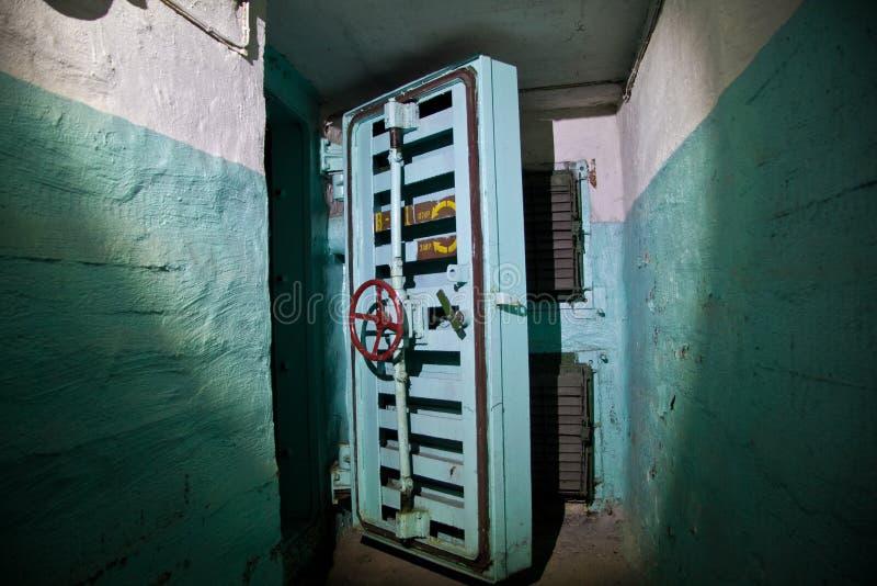 Hermetische deur van een verlaten Sovjetschuilkelder, een echo van de Koude oorlog stock afbeelding