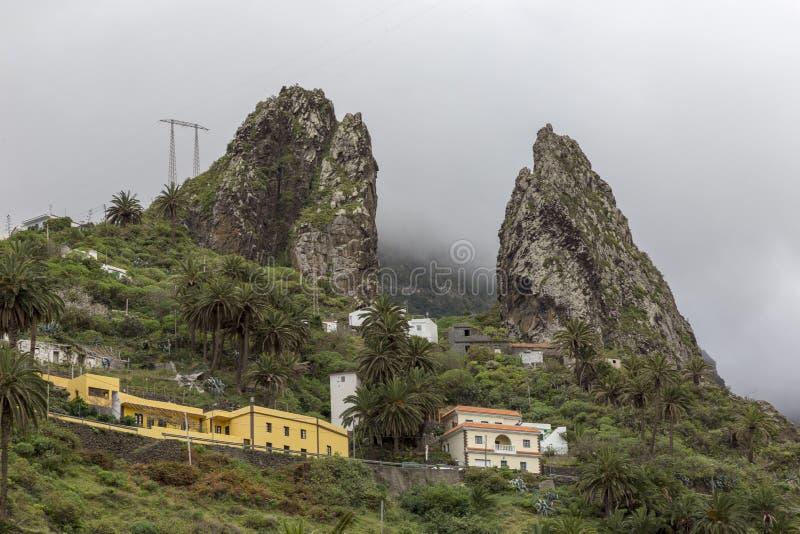 Hermigua Espagne 03-03-2019 Roches de jumeaux au-dessus du village de Hemigua La Gomera Les ?les Canaries image libre de droits