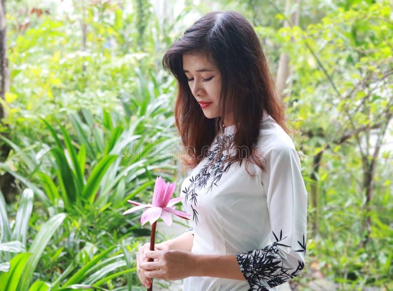 Hermosa joven asiática con flor rosa imágenes de archivo libres de regalías