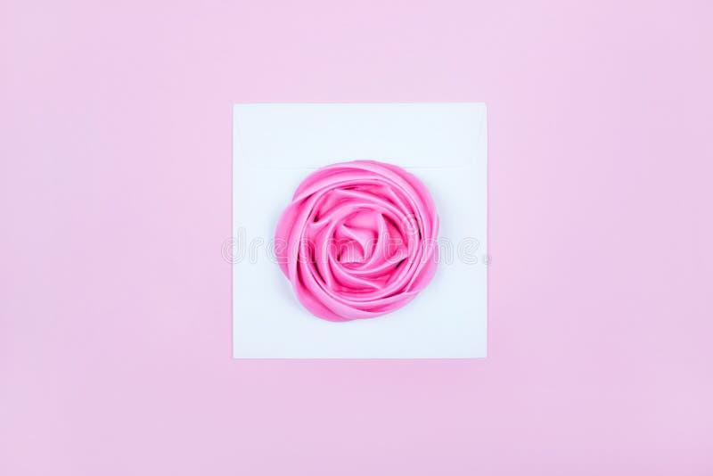 Hermosa merengue rosa en el sobre fotografía de archivo