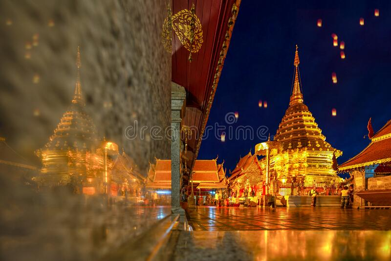 Hermosa pagoda con reflexión, qué fra que suthep templo en Chiang mai tailailand, el templo más famoso en el crepúsculo, Yi imágenes de archivo libres de regalías